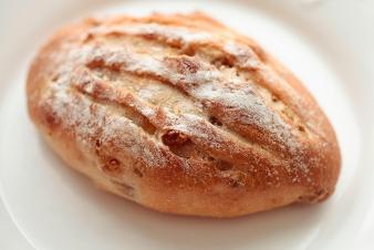 <h5>林檎とくるみのパン &yen;170</h5><p>湯種製法のパンドミー生地に、ドライアップルチップとくるみを練りこみ焼き上げました。もっちりした食感で食事にもよくあいます。</p>