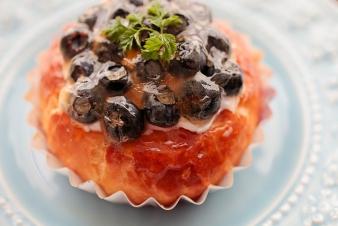 <h5>ブルーベリーとグレープフルーツのブリオッシュ &yen;250</h5><p>【吹田佐井寺店限定】ブルーベリーとグレープフルーツのハーモニーをお楽しみください。</p>