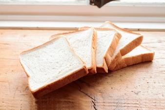 <h5>角食パン 1斤/&yen;200</h5><p>砂糖に三温糖、塩は伯方の塩を使用したストレート法による香り豊かな食パンです。イーストフード、乳化剤は使用していません。</p>
