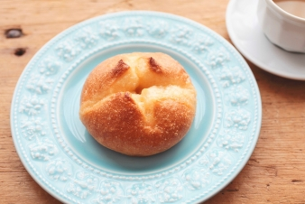 <h5>おからメープル &yen;120</h5><p>おからの入った歯切れの良いパンをメープルシュガーで味付けしました。</p>