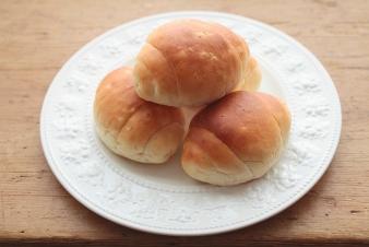 <h5>玄米ロール 4個入り/&yen;260</h5><p>ロール生地に玄米ペーストを練り込みました。ふわふわ、もちもちした食感が特徴です。</p>