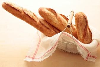 <h5>バゲット・バタール・クッペ &yen;230・&yen;230・&yen;140</h5><p>バケット:生地の一部を24時間冷蔵発酵させる種法により風味を向上させた当店自慢のフランスパンです。クラスト(外皮)が好きな方はこちらのバケットをどうぞ! &lt;br&gt;バタール:生地の一部を24時間冷蔵発酵させる種法により風味を向上させた当店自慢のフランスパンです。クラム(中身)が好きな方はこちらのバタールをどうぞ! &lt;br&gt;クッペ:バタール一本を食べきれない小家族におすすめの、小型フランスパンです。</p>