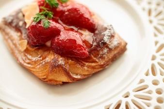 <h5>イチゴとマスカルポーネのクロワッサン &yen;250</h5><p>【箕面小野原店限定】クロワッサン生地にカスタードクリーム、マスカルポーネクリームを重ね苺をトッピングしました。</p>
