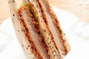 <h5>ヒレカツサンド &yen;370</h5><p>【吹田南千里本店限定】厚切りのヒレカツをレタスと一緒に黒ごまパンでサンドしました。ボリュームたっぷりの一品です。</p>