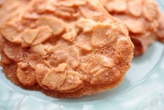 <h5>香ばしアーモンド &yen;200</h5><p>【吹田南千里本店限定】アーモンドをこんがり焼き上げたクッキーです。 </p>