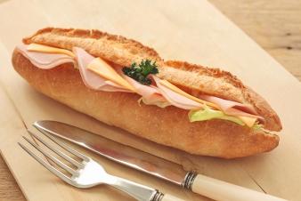<h5>ハムとチーズのカスクート &yen;280</h5><p>フランスパンをカットし、ボンレスハム・チェダーチーズ・レタスなどをサンドし、シンプルな美味しさに仕上げました。</p>