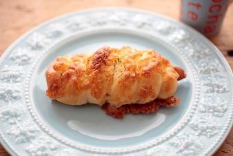 <h5>あらびきウインナー &yen;150</h5><p>あらびきウインナーを一本まるごと使用し、ミックスチーズ・マヨネーズをトッピングしました。当店人気商品です。</p>