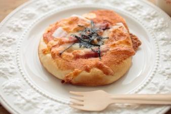 <h5>明太もっちーに &yen;170</h5><p>食パン生地に明太マヨネーズをぬり、ベーコン・もち・モッツァレラチーズをトッピングし焼き上げました。</p>