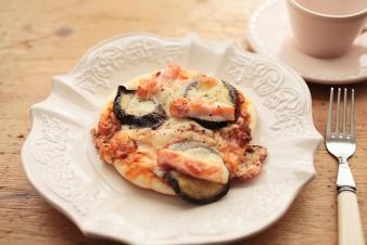 <h5>なすとベーコンのピザ &yen;180</h5><p>食パン生地になす・ミートソース・玉ねぎ・ベーコンなどをトッピングして焼き上げました。</p>