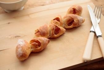 <h5>ベーコンエピ &yen;180</h5><p>フランスパン生地にブラックペッパーで味付けしたベーコンを包み、一口サイズにちぎって食べやすいようにしました。</p>
