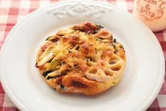 <h5>ほうれん草の広東風ピザ &yen;200</h5><p>【箕面小野原店限定】ささがきゴボウ、れんこん、エリンギ、長ねぎの食感の良い野菜をのせ、広東風に仕上げました。</p>