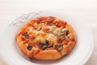 <h5>なすとトマトソースのピザ &yen;180</h5><p>【吹田南千里本店限定】うすくのばした食パン生地にトマトソースをぬり、スモークチキン、ズッキーニをたっぷりトッピングして焼き上げました。</p>