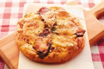 <h5>鴨と白ネギのピザ &yen;190</h5><p>【高槻岡本店限定】鴨がネギ背負ってやってきました。脂ののった合鴨ローストと白ネギがよく合います。 </p>