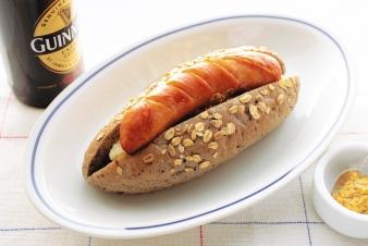 <h5>五穀ブルスドッグ &yen;300</h5><p>【高槻岡本店限定】五穀を練りこんだドッグパンに、ジューシーで大きな荒挽フランクフルトを丸々1本サンドし、王道のマッシュポテトとケチャップ、粒マスタードで仕上げました。大きなお口でガブリとお召し上がりください!</p>