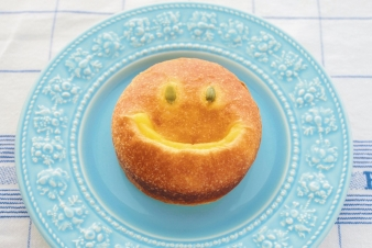 <h5>かぼちゃのクリームパン &yen;160</h5><p>【高槻岡本店限定】自家製かぼちゃクリームを柔らかいブリオッシュ生地で包みました。思わず笑顔になる美味しさです。 </p>
