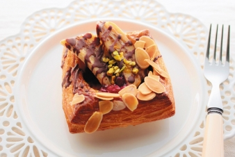 <h5>ショコラバナーヌ &yen;220</h5><p>【高槻岡本店限定】クロワッサンにカスタードクリーム、バナナ、チョコソース、アーモンドをのせたベストコンビネーションのパイです。</p>