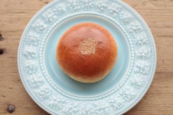 <h5>特製つぶあんぱん</h5><p>生地に自家製のつぶあんをたっぷり包んだ、中種法による菓子パンです。</p>