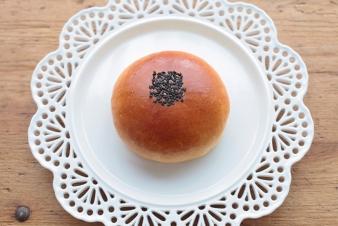 <h5>こしあんパン</h5><p>生地にこしあんをたっぷり包んだ、中種法による菓子パンです。</p>